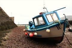 第19 2010个他的可能临近很快修理俄国圣徒的彼得斯堡的海滩小船日年长芬兰渔夫捕鱼海湾 免版税库存图片