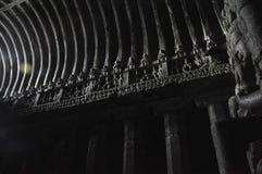 第6和10世纪人民给的轻的供应菩萨寺庙在埃洛拉石窟, Aurangabad, Maharashatra 免版税库存图片
