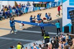第35场雅典经典马拉松,地道 撒母耳Kalelei跨过终点线第1 l 库存照片