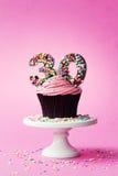 第30块生日杯形蛋糕 库存图片