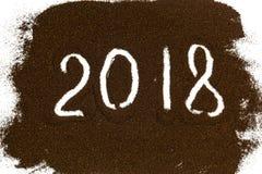 第2018年在白色后面的一把被洒的锤子被写 免版税库存图片
