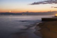 第25 4月桥梁和克里斯多Rei雕象在里斯本 免版税库存图片
