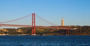 第25 4月桥梁和基督国王雕象 免版税图库摄影