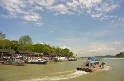 第9 2013年8月-小船乘驾的更新图片向乌敏岛新加坡 库存照片