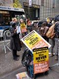 第5条大道的抗议者在王牌塔, NYC,美国前面 免版税库存照片