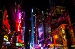 第42条街道在晚上,在时代广场,曼哈顿中城,新的Yo 库存图片