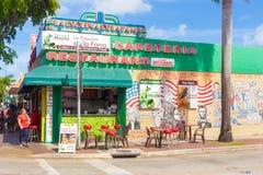 第8条街道的典型的古巴餐馆在迈阿密 免版税库存图片