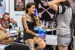 第10次国际纹身花刺大会的参加者在国会商展中心 免版税库存照片