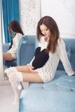 第7次月怀孕的美丽的深色的妇女在白色汗水 免版税库存照片