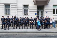 第15萨格勒布自豪感 通过警察封销线藏品的年长妇女移交耳朵 免版税库存图片