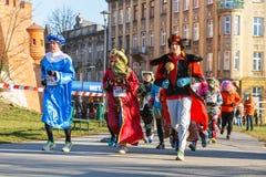 第12除夕种族在克拉科夫 在滑稽的服装穿戴的人跑步 免版税图库摄影