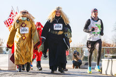 第12除夕种族在克拉科夫 在滑稽的服装穿戴的人跑步 库存照片