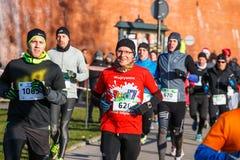 第12除夕种族在克拉科夫 在滑稽的服装穿戴的人跑步 免版税库存图片