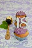 第18周年纪念的黑色浆果杯形蛋糕 图库摄影