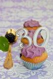 第30周年纪念的黑色浆果杯形蛋糕 库存图片