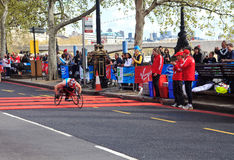 第32辆伦敦马拉松竟赛者轮椅 免版税库存图片