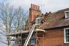 等候修理的议院屋顶 免版税库存图片