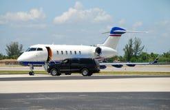 等候专用喷气机的乘客 免版税库存照片