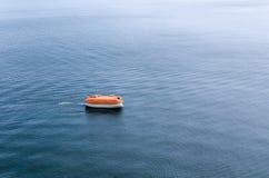 等候在t宽浩瀚的附上的刚性救生艇抢救  免版税库存照片