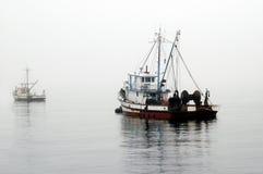等候小船捕鱼 免版税库存照片