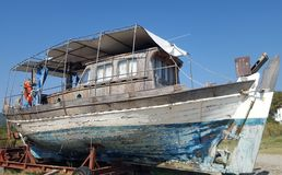 等候恢复的被破坏的渔船 免版税库存照片