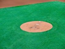 等候投手的内野的Pitcher's土墩 库存照片
