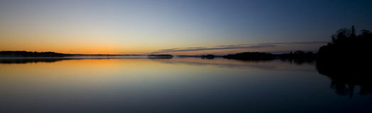 等候黎明海岛湖 库存图片