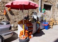 等候b的新鲜水果、新鲜的汁液和玉米花的摊贩 库存图片