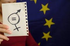 等号和在一张纸画的一个男性标志描述妇女男女平等 在它画的男女平等 免版税库存图片