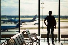 等待一个的人的剪影上飞行  免版税库存照片