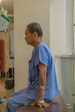 等待一位医生的患者在医院 库存照片