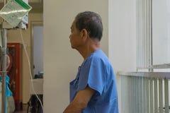 等待一位医生的患者在医院 库存图片