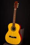 等待一把的声学吉他被使用 库存图片