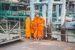 等待一条小船的菩萨修士在曼谷 免版税库存图片