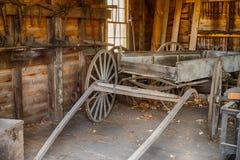等待一辆老木和被风化的无盖货车被恢复在o 免版税库存图片