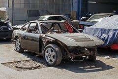 等待一辆被击毁的汽车被修理在街道 库存图片