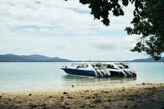 等待乘客的双速的小船在泰国海滩附近在一明亮的美妙的天 库存图片