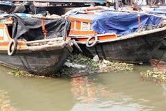 等待乘客的河船在船坞在加尔各答 免版税库存图片
