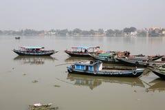等待乘客的河船在船坞在加尔各答 图库摄影