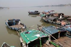 等待乘客的河船在船坞在加尔各答 免版税图库摄影