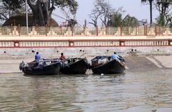 等待乘客的河船在船坞在加尔各答 免版税库存照片