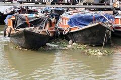 等待乘客的河船在船坞在加尔各答 库存图片
