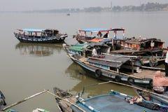 等待乘客的河船在船坞在加尔各答 库存照片