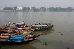 等待乘客的河船在船坞 库存图片
