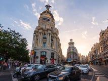 等待交通光的汽车在街道十字架Calle de Alcala和Gran通过晴朗的晚上在马德里,西班牙 免版税库存图片