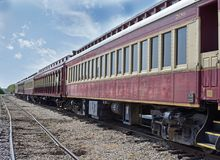等待他们的轮的铁路汽车 免版税库存照片