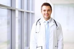 等待他的队的微笑的医生,当站立挺直时 图库摄影