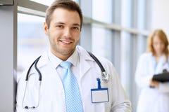 等待他的队的微笑的医生,当站立挺直时 库存照片