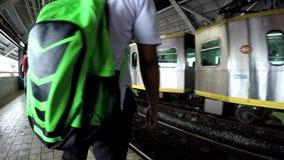 等待以后的火车的乘客在驻地 股票录像