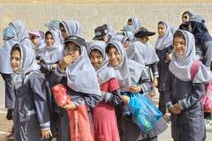 等待伊朗的女小学生在博物馆,石牌附近开始游览 库存图片